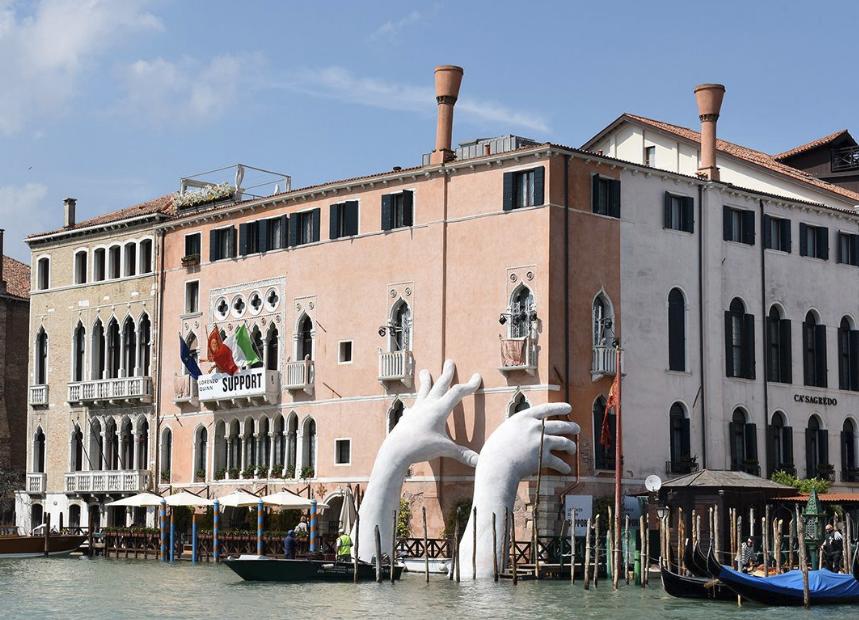 Lorenzo Quinn, sculptor, Venice, biennale, Support, hands